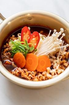 Koreaanse instantnoedels in gouden pot