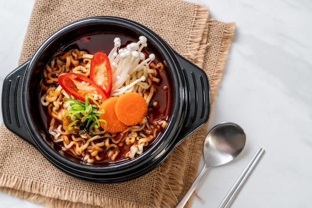 Koreaanse instantnoedels in zwarte kom