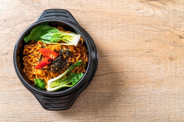 Koreaanse instantnoedels met groente en kimchi