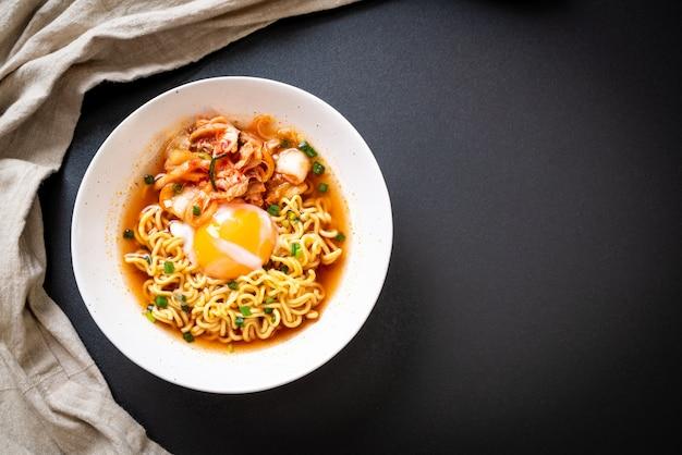 Koreaanse instantnoedels met kimchi en ei
