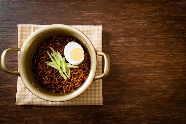 Koreaanse instantnoedels met zwarte bonensaus, komkommer en gekookt ei (jajangmyeon of jjajangmyeon) - koreaans eten