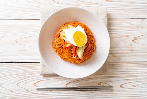 Koreaanse koude noedels met ei