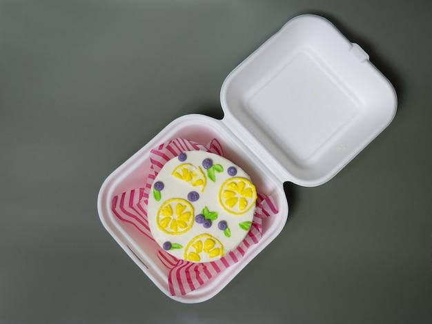 Koreaanse lunchboxcake met roombloemen en bessen. plaats voor uw tekst