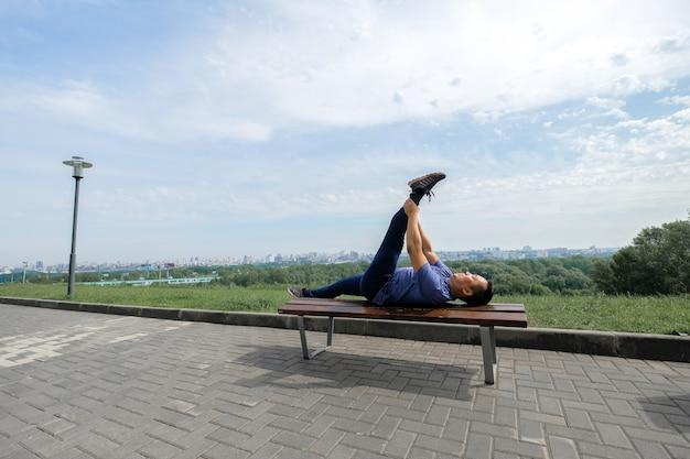 Koreaanse man strekt zich uit tegen de achtergrond van de stad.