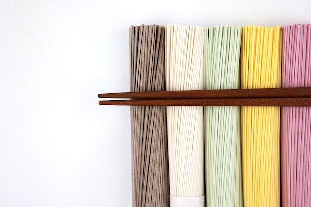 Koreaanse noedels met houten eetstokjes