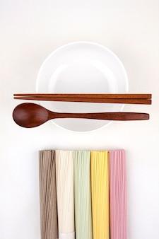Koreaanse noedels met houten lepel en eetstokjes