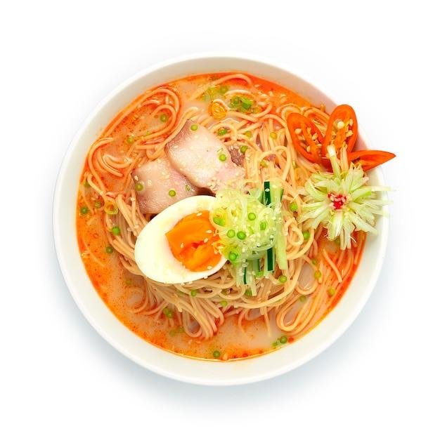 Koreaanse noedels met pittige soep geserveerd gekookt ei
