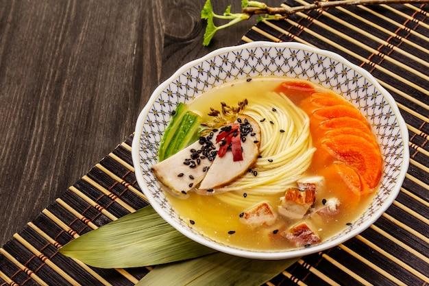 Koreaanse noedelsoep met gerookte kip en groenten. heet pittig gerecht voor een gezonde maaltijd