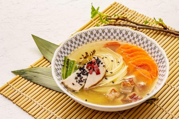 Koreaanse noedelsoep met gerookte kip en groenten. voorjaar pittige schotel voor een gezonde maaltijd