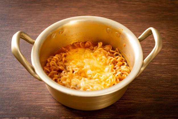 Koreaanse pittige instant noedelkom met mozzarella kaas