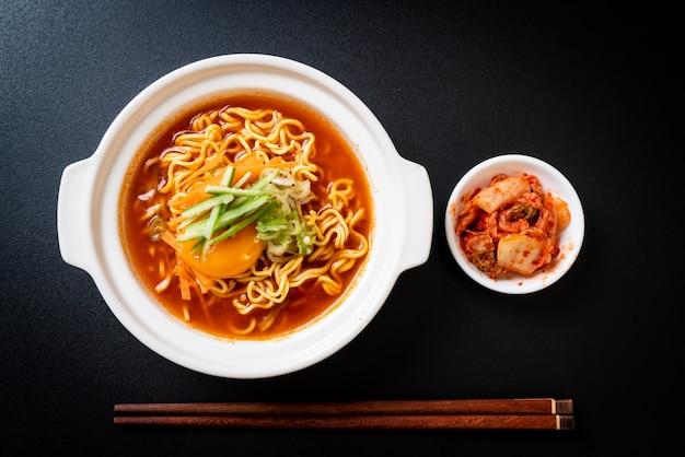 Koreaanse pittige instant noedels met ei, groente en kimchi