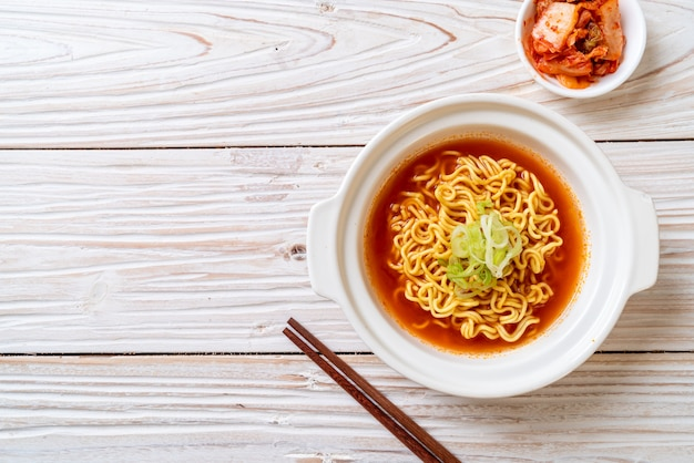 Koreaanse pittige instant noedels met kimchi