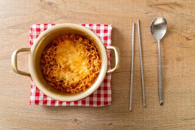 Koreaanse pittige instant noodle bowl met mozzarella kaas