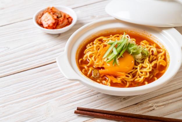 Koreaanse pittige instantnoedels met ei, groente en kimchi