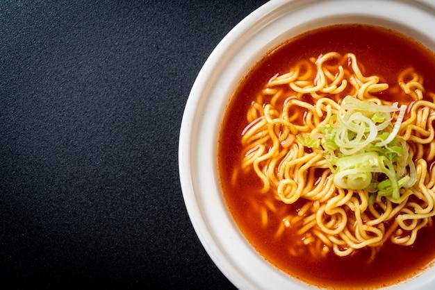 Koreaanse pittige instantnoedels met kimchi