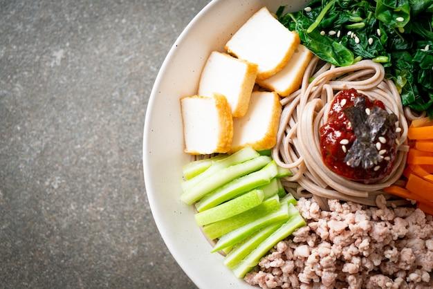 Koreaanse pittige koude noedels. bibim makguksu of bibim guksu. koreaanse eetstijl