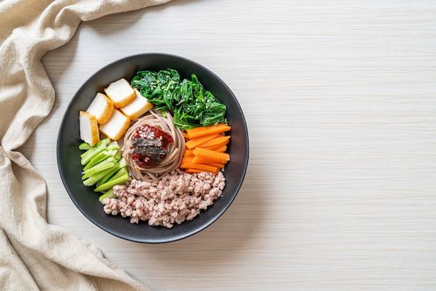 Koreaanse pittige koude noedels - bibim makguksu of bibim guksu - koreaanse eetstijl