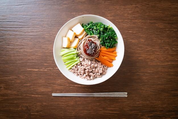 Koreaanse pittige koude noedels genaamd bibim makguksu