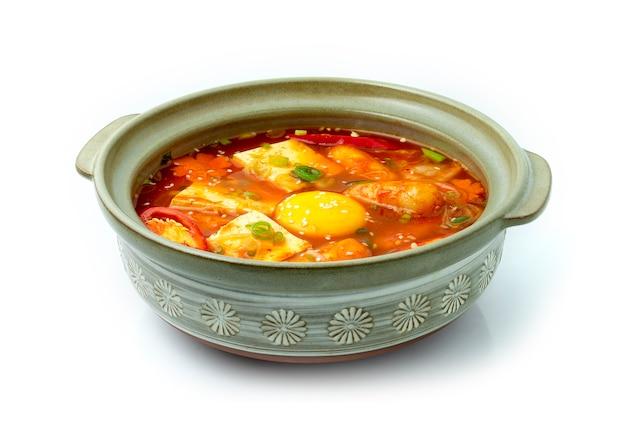 Koreaanse pittige soep kimchi jjigae met tofu, eigeel