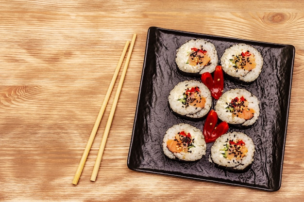Koreaanse rol gimbap (kimbob). gestoomde witte rijst (bap) en diverse andere ingrediënten