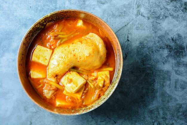 Koreaanse traditionele kimchi-soep met kip en zachte tofu