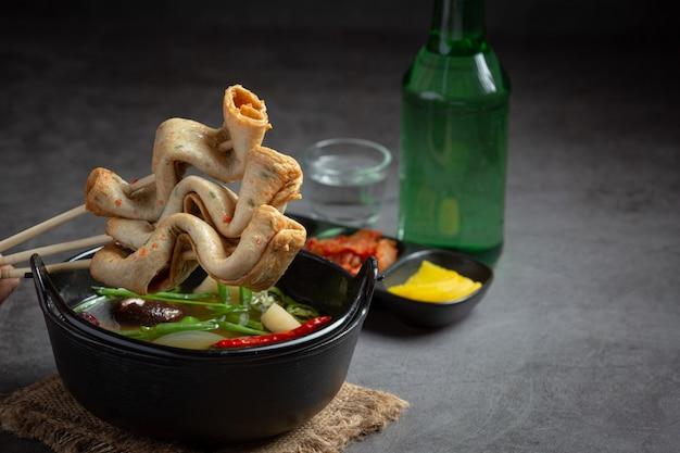 Koreaanse viscake en groentesoep op tafel