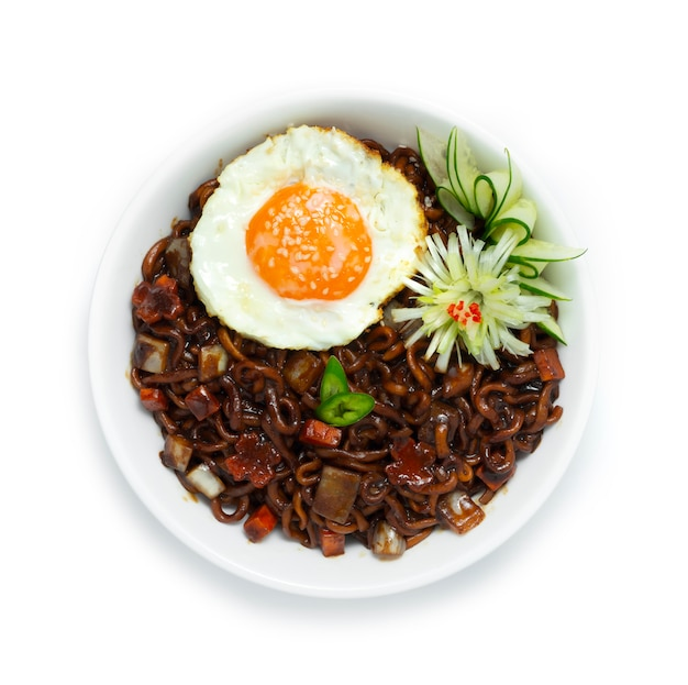 Koreaanse zwarte noedels jjajangmyeon zwarte bonensaus