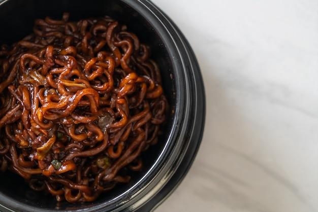 Koreaanse zwarte spaghetti of instant noedels met geroosterde chajung sojabonensaus (chapagetti) - koreaanse eetstijl food