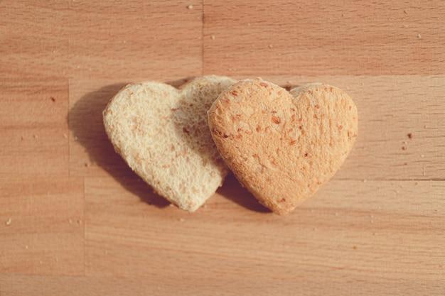 Korrelbrood afgesneden in hartvorm. concept van liefde en zorg in valentijnsdag.