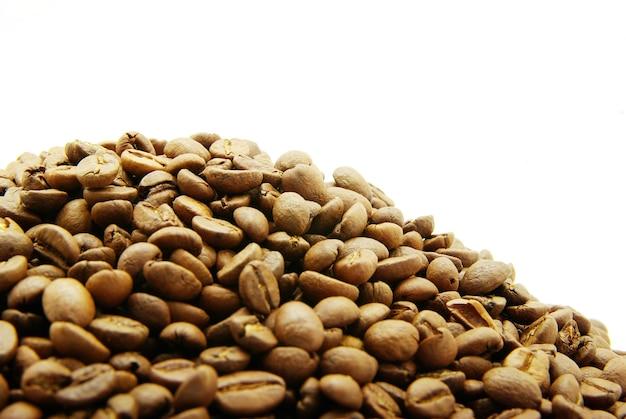 Korrels van koffie op een witte achtergrond