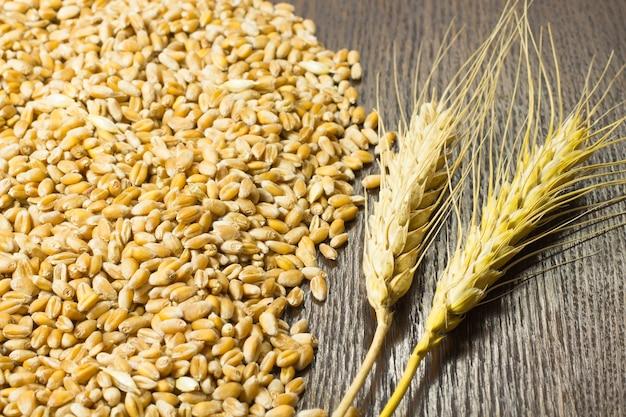 Korrels van tarwe en tarweaartje op tafel