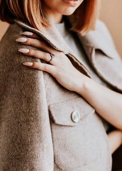 Kort bruin haar vrouw close-up