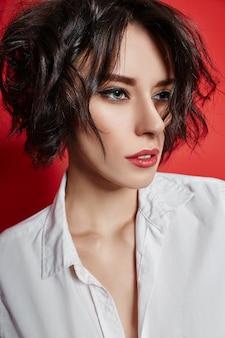 Kort kapsel sexy vrouw met kort haar.