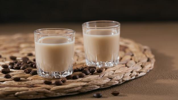 Korte glaasjes irish cream likeur of koffielikeur met koffiebonen. whinter decoraties voor de feestdagen