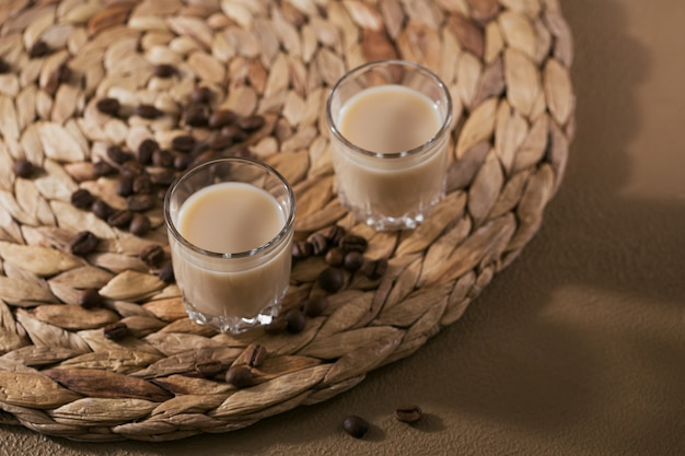 Korte glaasjes irish cream likeur of koffielikeur met koffiebonen.