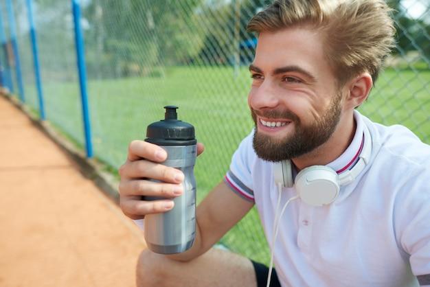 Korte pauze tijdens het tennisspel