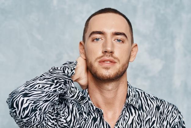 Kortharige man in shirt mode zelfvertrouwen studio