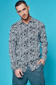 Kortharige man zwart-wit overhemd elegante stijl studio blauwe achtergrond
