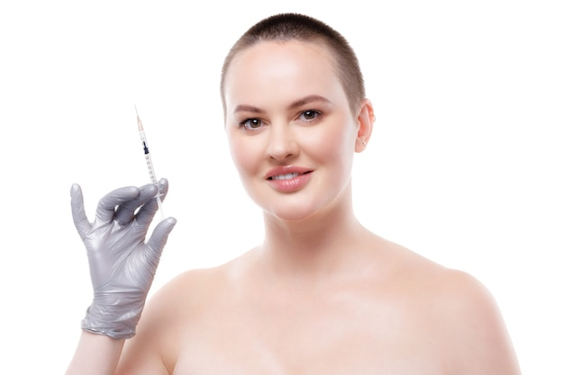 Kortharige vrouw met blote schouders met spuit met cosmetische injectie