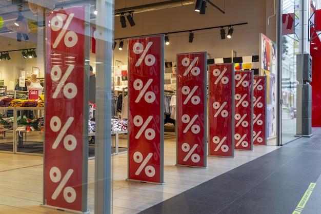 Kortingsaffiche in het winkelcentrum. seizoensgebonden verkoop.