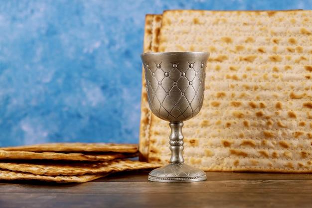 Kosher kiddush in zilveren beker. joodse vakantie concept.