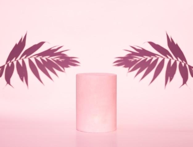 Kosmetisch roze podium en bladschaduwen op roze