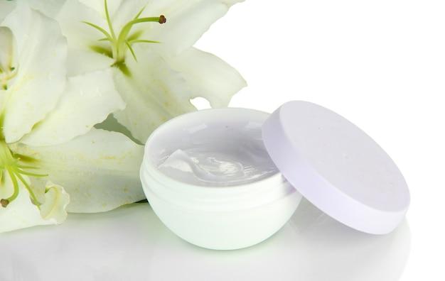 Kosmetische room en mooie lelie, die op wit wordt geïsoleerd