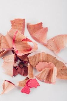 Kosmetische roze potloodspaanders op wit