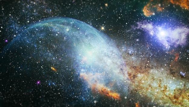 Kosmische ruimte en sterren, blauwe kosmische abstracte achtergrond. nevel en sterren in de diepe ruimte. elementen van deze afbeelding ingericht