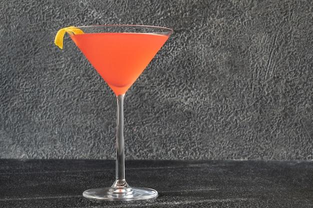 Kosmopolitische cocktail gegarneerd met een schijfje gedroogde sinaasappel