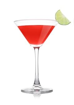 Kosmopolitische cocktail in klassiek kristalglas met limoenschijfje op witte achtergrond.