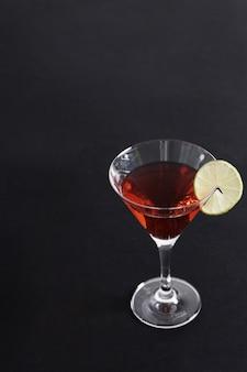 Kosmopolitische cocktail met schijfje citroen