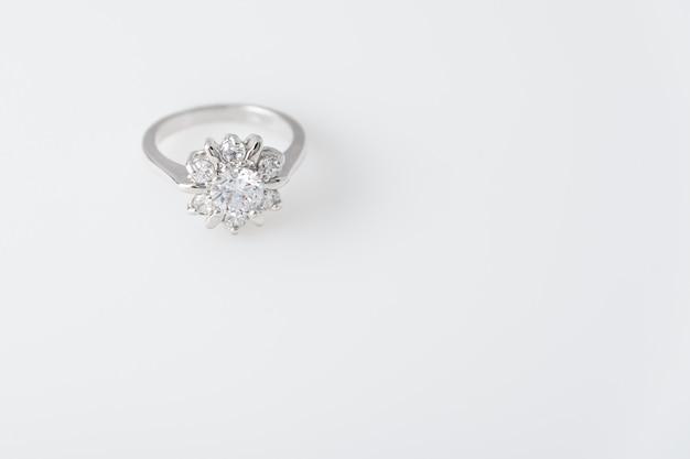 Kostbare zilveren ring met diamanten
