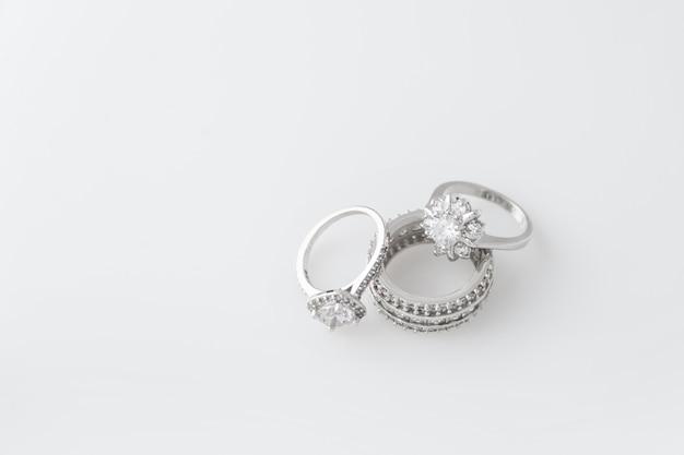 Kostbare zilveren ringen met diamanten